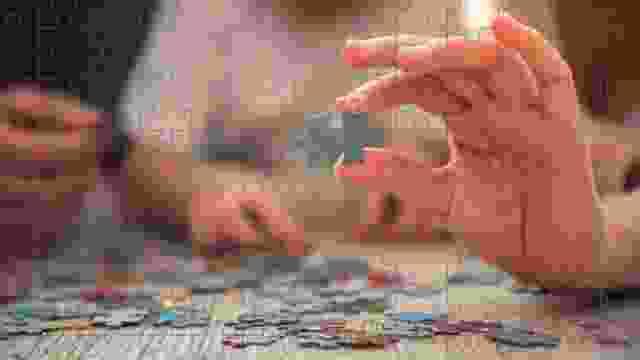 Puzzels leggen bevordert de motoriek en de scherpzinnigheid van de deelnemers.
